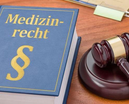 Gesetzbuch mit Richterhammer - Medizinrecht